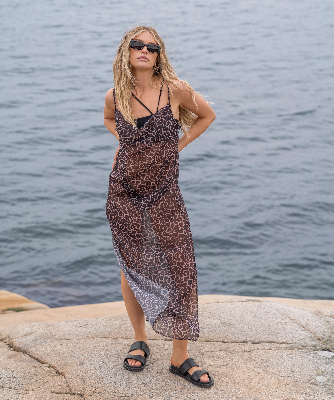 Robe de plage mi-longue Animal pure HKM x NA-KD, marron, main