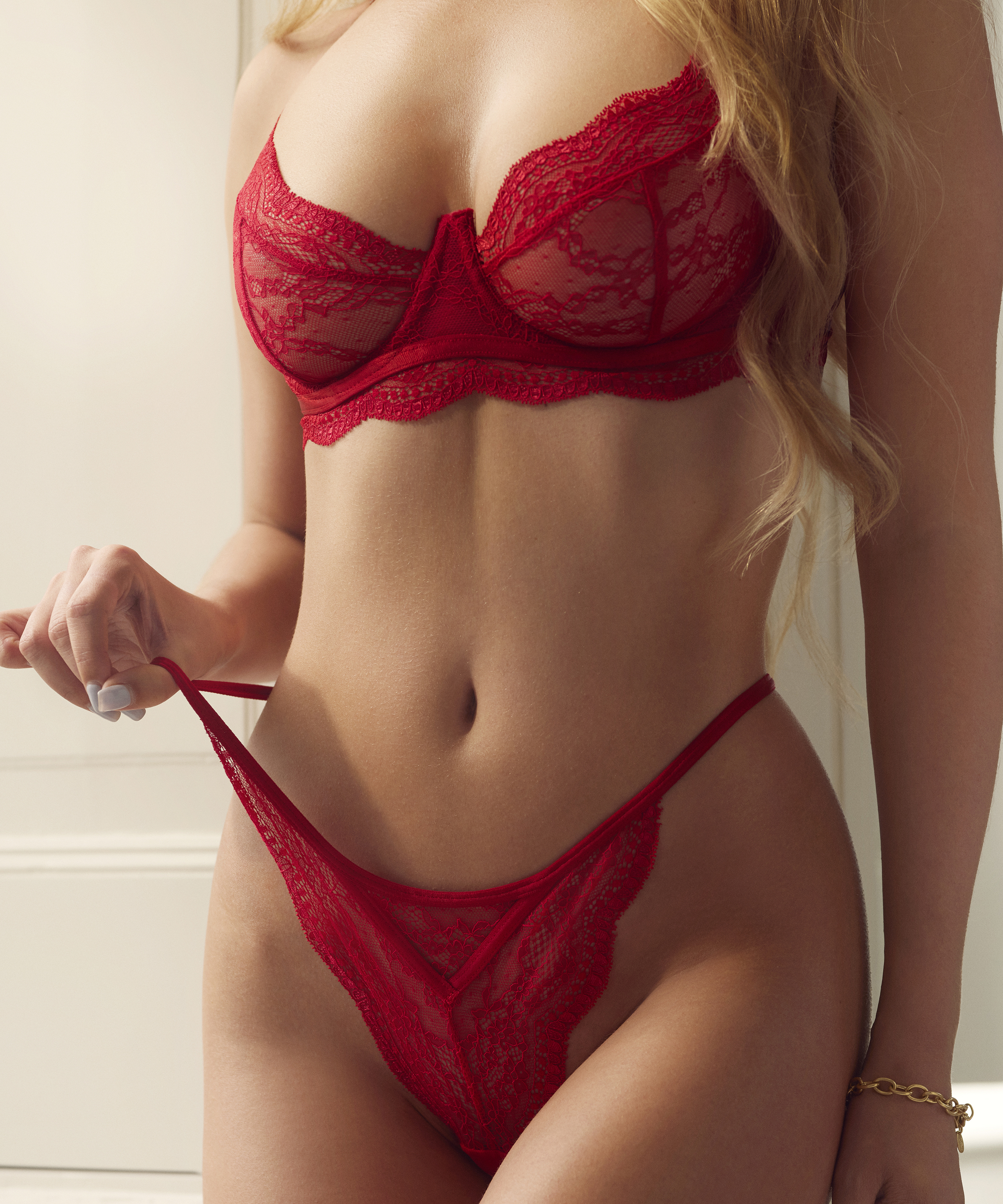 String Isabelle, Rouge, main